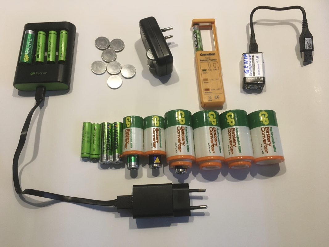 Husstandens grej til genopladelige batteriere. Batterioplader, batteriadaptere, batterimåler
